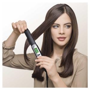Frau glättet sich Haare mit Braun Satin Hair 7