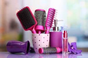 Verschiedene Haarbürsten im Badezimmer