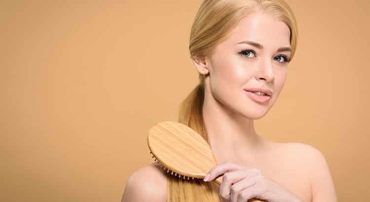 Haare glätten ohne Glätteisen - so funktioniert es