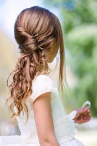 Schöne Kinderfrisur mit Haarklammern