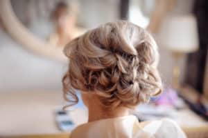 Frisur mit Haarklammern für dickes Haar